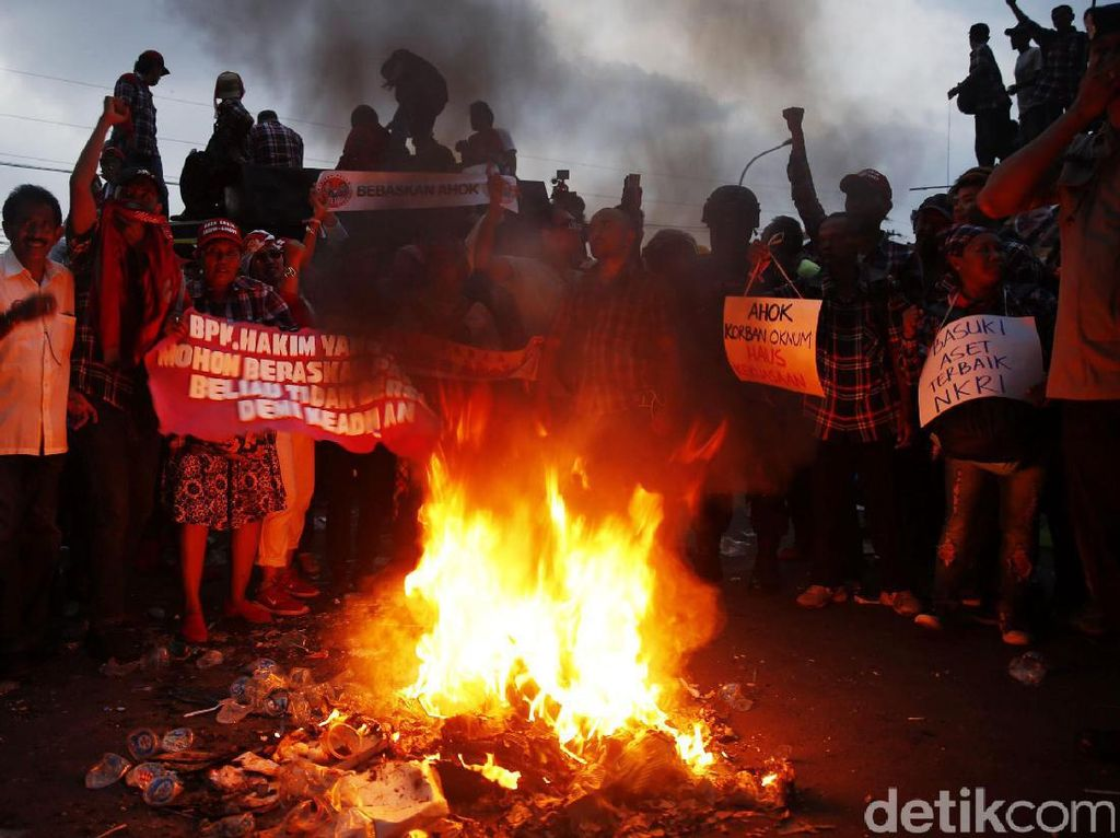 Massa Pro Ahok Lakukan Aksi Bakar-Bakar