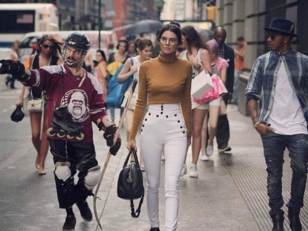 Tak Beri Tip ke Bartender Bar, Kendall Jenner di Kritik Netizen