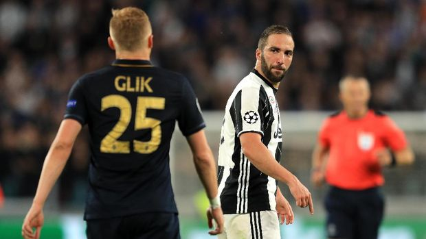 Injakan Glik ke Higuain Membangunkan Juventus