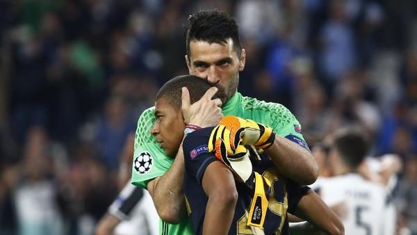 Peluk dan Cium Buffon untuk Mbappe