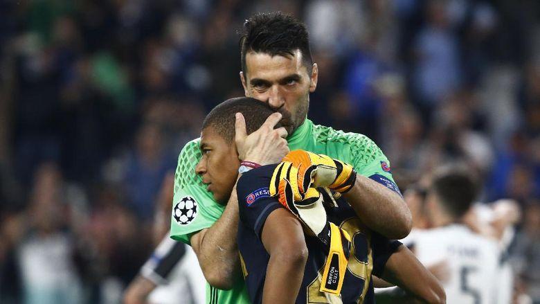Pelukan dan Ciuman dari Seorang Buffon kepada Mbappe