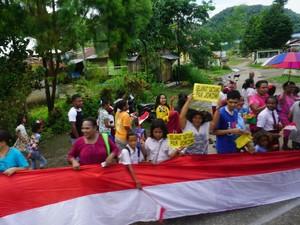 Saat Bendera Merah Putih Panjang Iringi Jokowi Temui Warga Papua