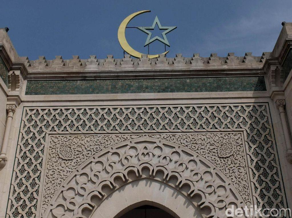 Ngeri Teror Kepala Babi di Masjid Agung di Prancis