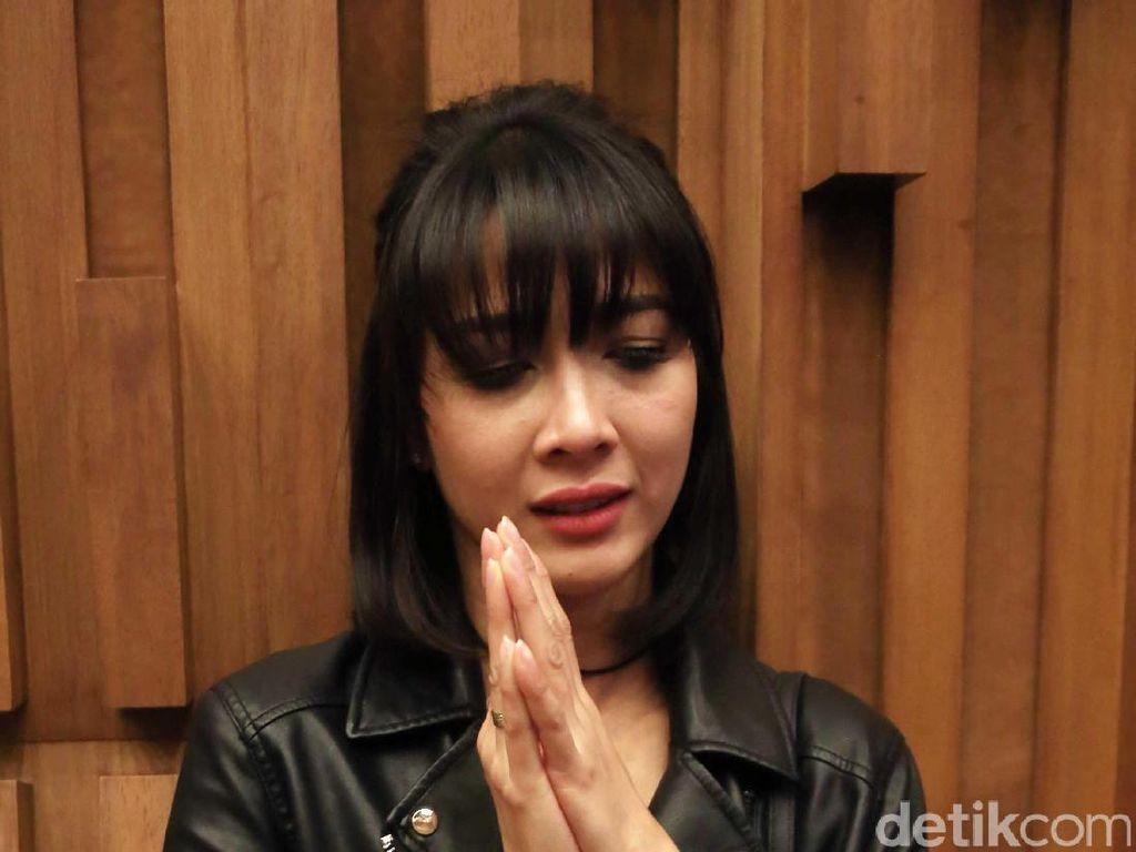 Melihat Perbedaan Gejala 2 Artis Indonesia yang Positif Corona