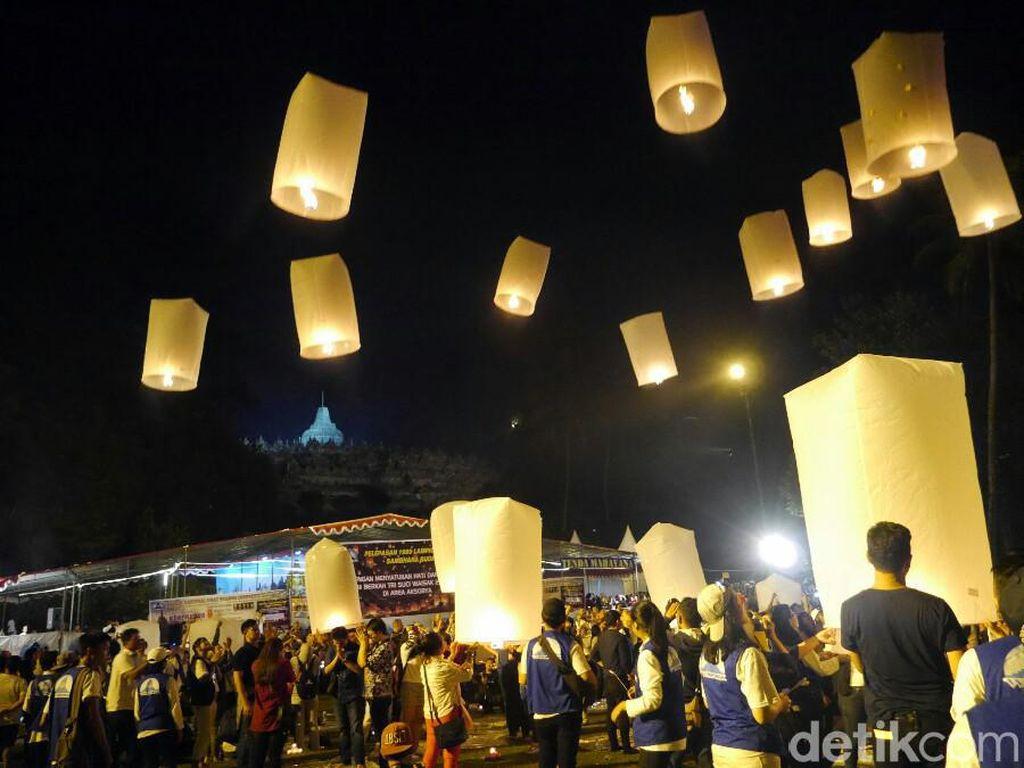 Wah... Cantiknya Lampion Waisak Hiasi Langit Borobudur
