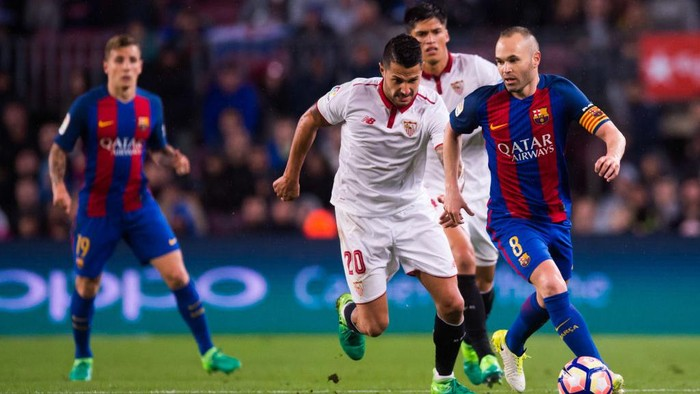 Andres Iniesta dalam kejaran pemain Sevilla. Foto: Alex Caparros/Getty Images