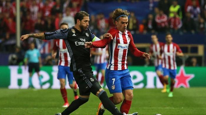 Sergio Ramos berduel dengan Antonie Griezmann di laga Atletico Madrid melawan Real Madrid. (Foto: Sergio Ramos  Reuters / Sergio Perez)