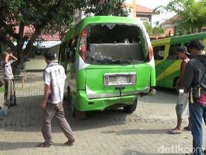 Mobil yang Ditumpangi Rombongan Petakziyah Terguling