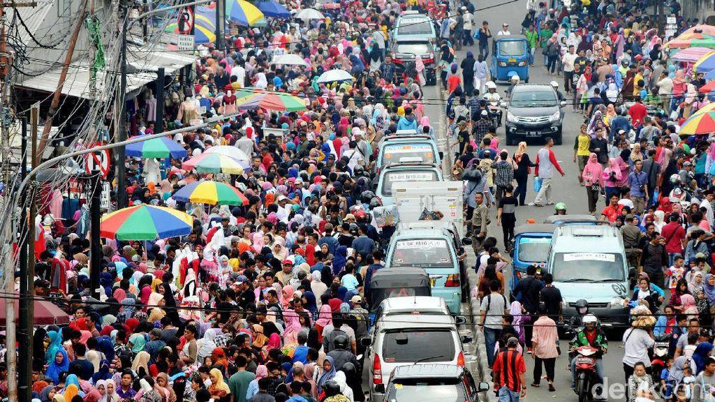 PKL Kuasai Pedestrian, Tanah Abang Kembali Semrawut
