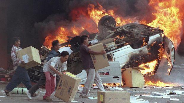 Selain unjuk rasa mahasiswa, Jakarta pada Mei 1998 juga diselimuti asap dan api penjarahan terhadap ribuan toko serta pusat perbelanjaan