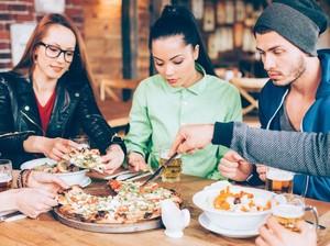 Agar Makan Tak Berlebihan Saat di Restoran, Lakukan 5 Trik Ini