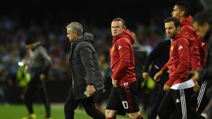 Jose Mourinho dan pemain MU di Liga Europa (Foto: David Ramos/Getty Images)