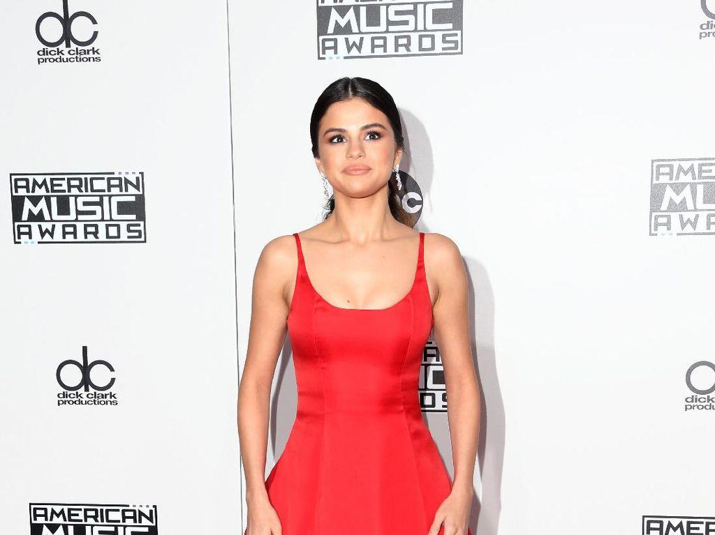 Foto: 10 Gaya Memikat Selena Gomez dengan Gaun Malam