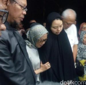Haru, Istri Suryo Utomo yang Baru Melahirkan 1 Bulan Lalu Hadiri Pemakaman
