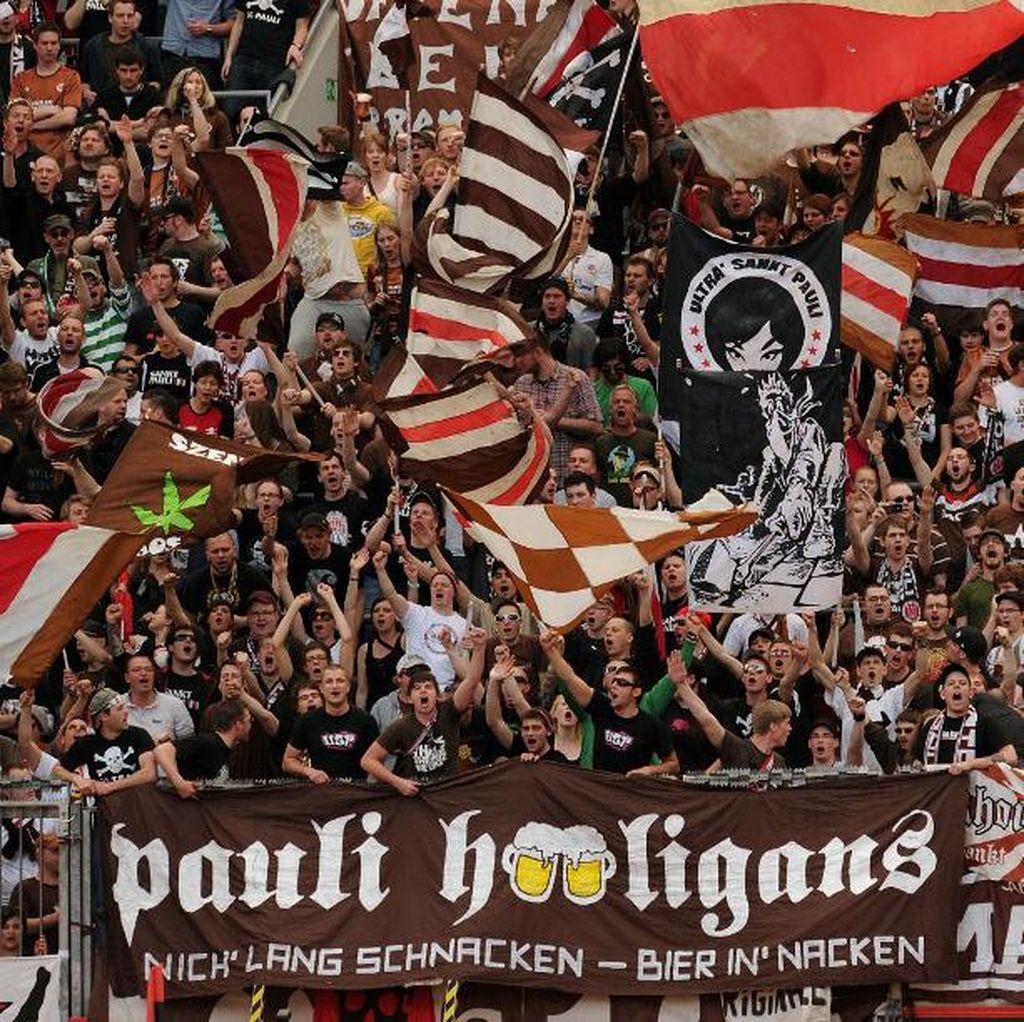 Bagi-Bagi 1.000 Liter Bir ke Fans Setelah Hindari Degradasi