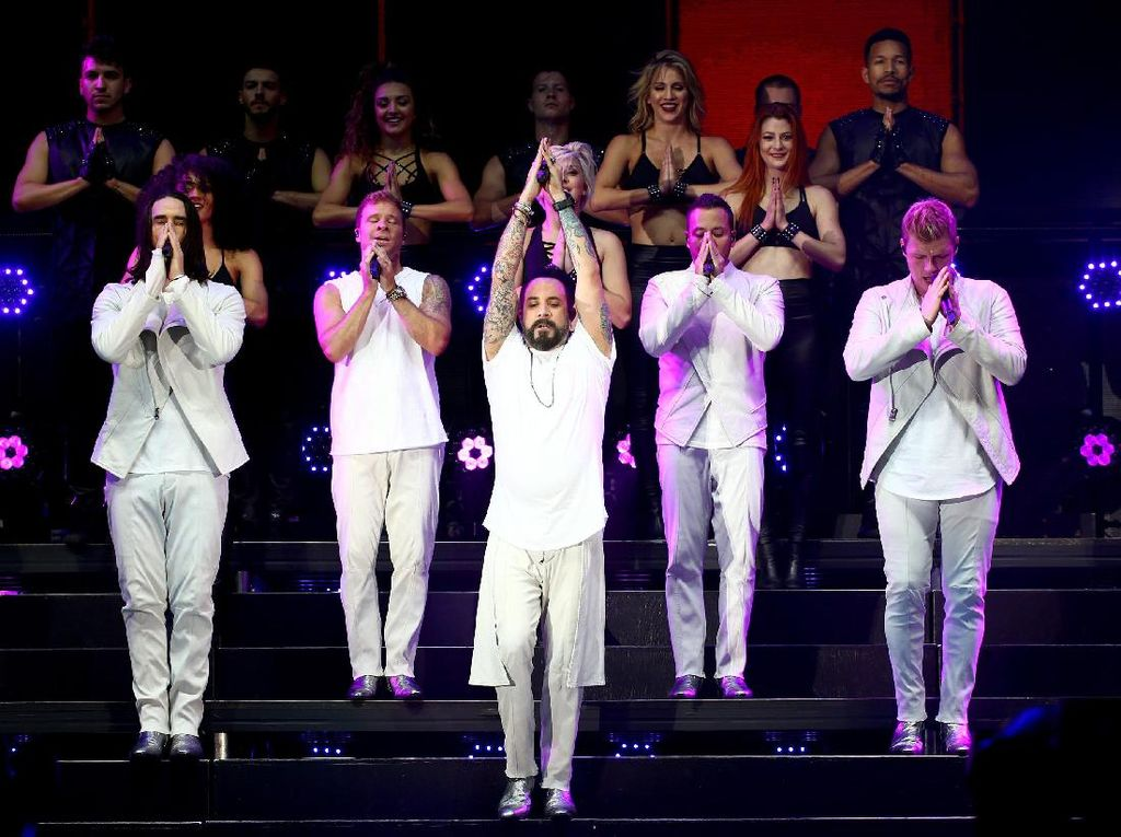 Aksi Kocak Backstreet Boys Bergaya ala Spice Girls