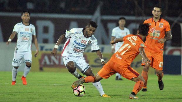 Salah satu ofisial Borneo FC diduga melakukan pemukulan terhadap wasit usai laga melawan Bali United.