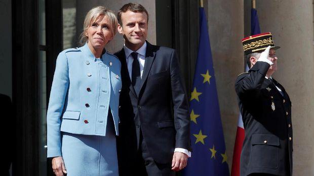 Presiden Prancis Emmanuel Macron dan isterinya Brigitte Trogneux, di Paris, 2017.