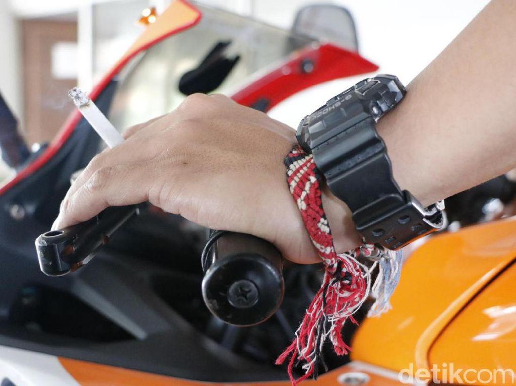 Bikin Celaka Orang Lain, Stop Merokok Sambil Berkendara