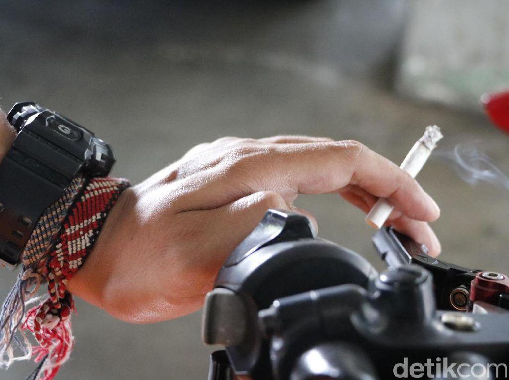 Viral! Adu Mulut Gara-gara Merokok Sambil Naik Motor Bikin Mata Kelilipan