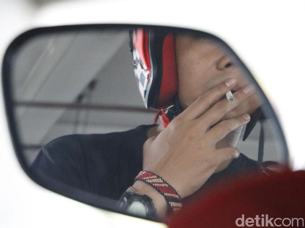 Soal Pengendara Merokok, Pemotor Disarankan Pakai Helm Fullface