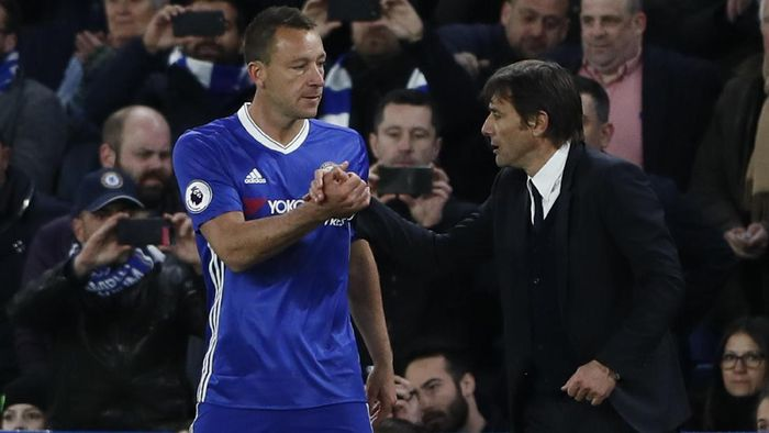 Britain Football Soccer - Chelsea v Southampton - Premier League - Stamford Bridge - 25/4/17 Chelseas John Terry speaks to manager Antonio Conte before coming on as a substitute Reuters / Stefan Wermuth Livepic EDITORIAL USE ONLY. No use with unauthorized audio, video, data, fixture lists, club/league logos or