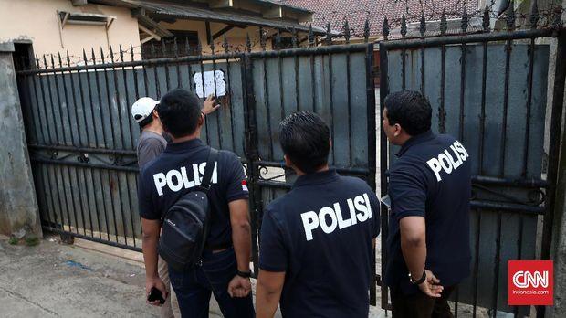 Polri menggeledah penampungan TKI di Jaka Mulya, Bekasi Selatan, 2017.