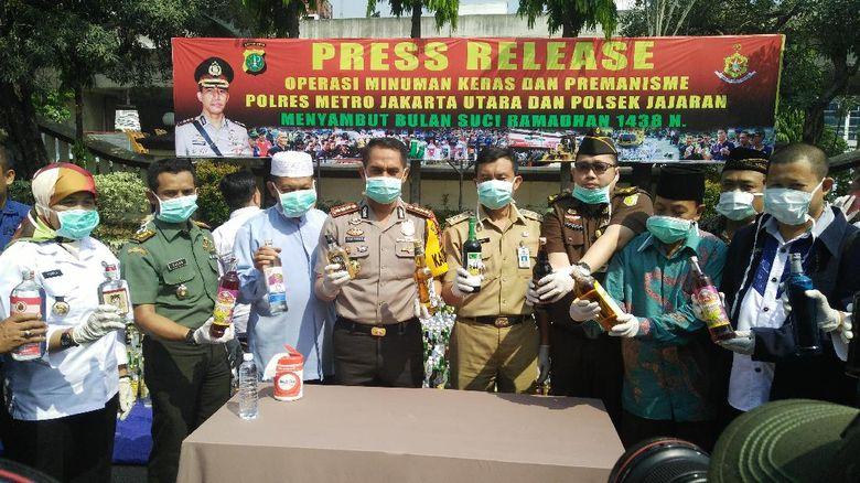 Jelang Ramadan Polres Jakut Musnahkan 16.421 Botol Miras