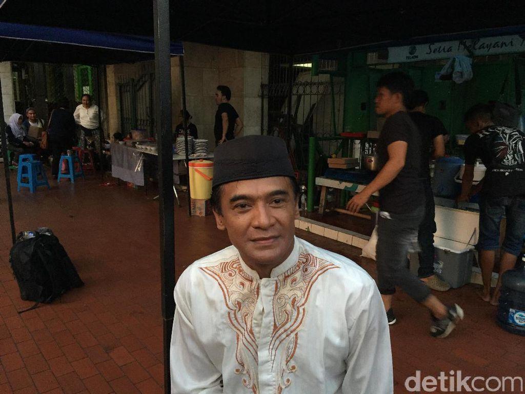 Donny Damara dan Verdi Soelaiman Jalin Keakraban di Guru Ngaji