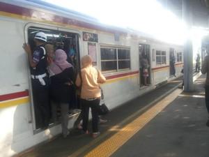 Merasakan Ganas-nya Gerbong Wanita Commuter Line