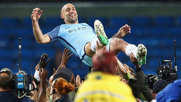 MANCHESTER, ENGLAND - MAY 16:  Pablo Zabaleta of Manchester City is thrown into the air by his Manchester City team mates after the Premier League match between Manchester City and West Bromwich Albion at Etihad Stadium on May 16, 2017 in Manchester, England.  (Photo by Clive Mason/Getty Images)