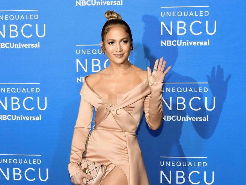 Jennifer Lopez Tampil dengan Perhiasan Rp 439 Juta di Red Carpet