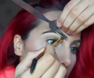 Tutorial <i>Make Up</i> Unik! Bentuk Alis hingga <i>Contouring</i> dengan Garpu