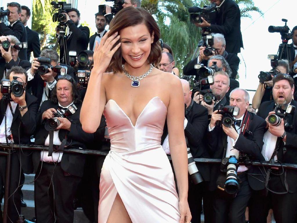 Ups, Underwear Bella Hadid Mengintip Saat Berpose di Red Carpet Cannes