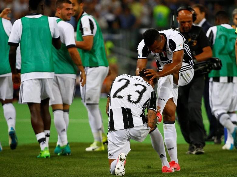 Dani Alves Ingin Berbagi Pujian dengan Alex Sandro