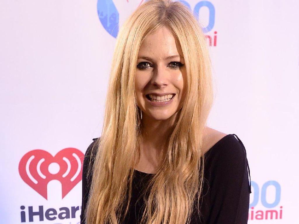 Avril Lavigne Kepergok Gandengan Tangan dengan Produser Musik, Pacar Baru?
