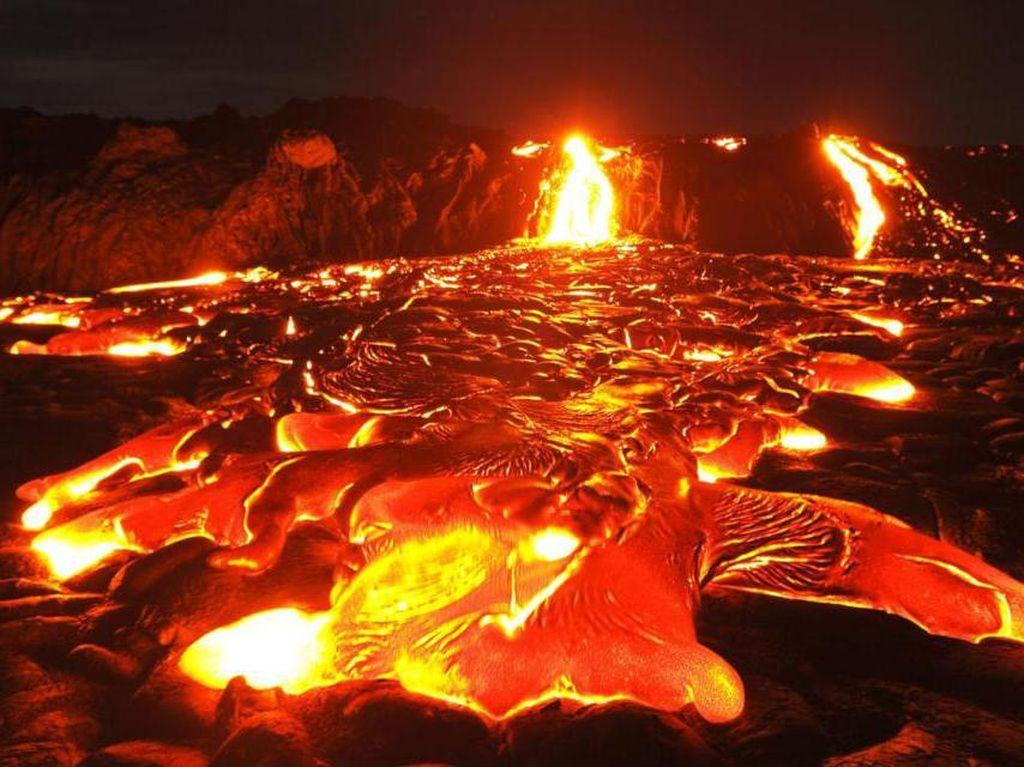 Wisata Ekstrem di Danau Lava Abadi Tempat Tinggal Dewa