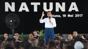 Gaya Jokowi Pakai Jins dan Jaket TAD Saat Tonton Latihan TNI
