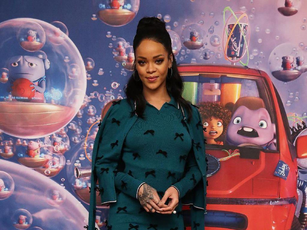 So Sweet, Pacar Miliuner Rihanna Kirim Boneka Raksasa dengan Jet Pribadi