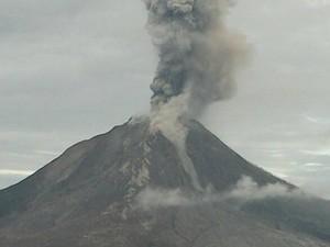 Gunung Sinabung Keluarkan Lava Pijar, Jarak Luncur 1.500 Meter