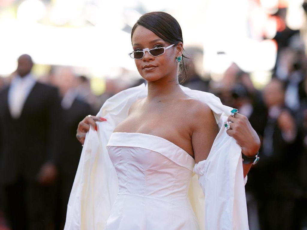 Rihanna Seksi Bergaun Putih