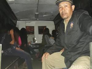 Razia Narkoba, Puluhan Pelayan Warung Lesehan Dites Urin di Brebes