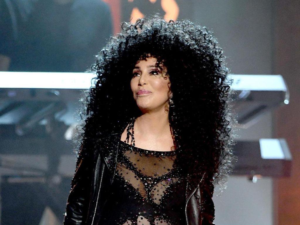 Foto: Cher Seksi Berbusana Transparan di Billboard Music Awards 2017