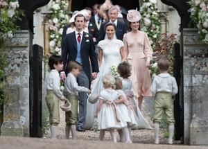Meskipun Sama Spesial, Ini Bedanya Kue Pengantin  Pippa dan Kate Middleton