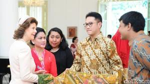 Iriana Pamer Kerajinan Khas Indonesia ke Ratu Swedia