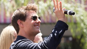 Demi Top Gun 2 Tom Cruise Berlatih Menerbangkan Helikopter