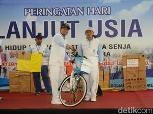 Bupati Irsyad Bagi-bagi Sepeda dan Kursi Roda untuk Lansia