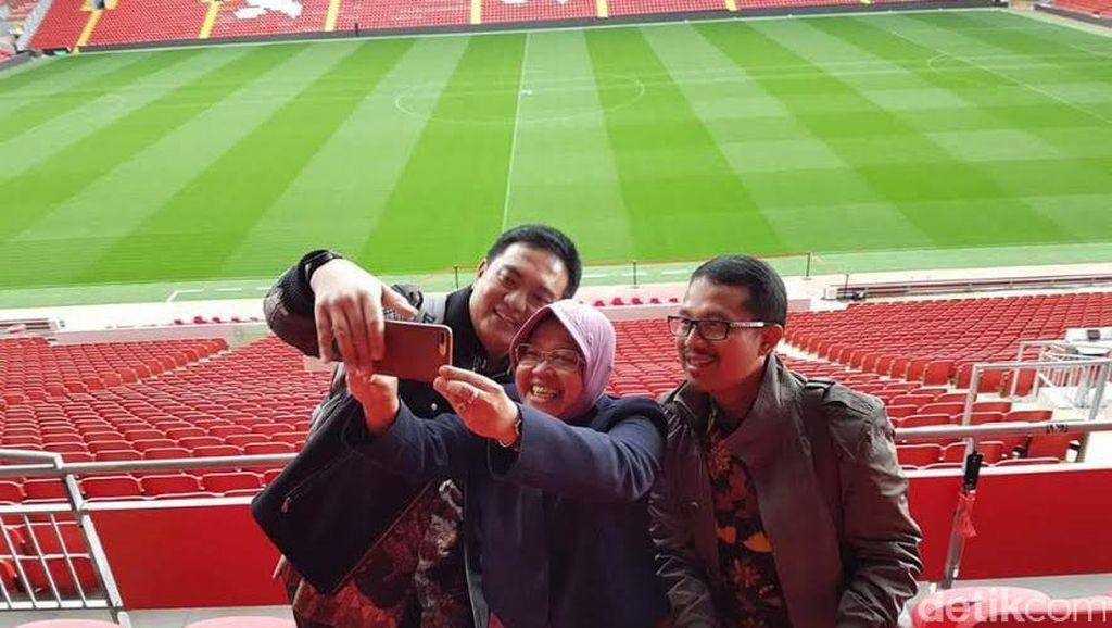 Saat 3 Pejabat Surabaya Swafoto di Stadion Anfield Liverpool
