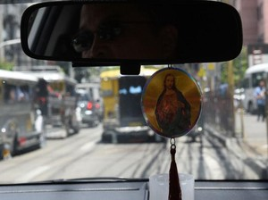 Filipina Larang Pengendara Gantung Kalung Rosario di Dalam Mobil