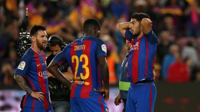 Foto: Kekecewaan Lionel Messi, Samuel Umtiti, dan Luis Suarez (REUTERS/Albert Gea)